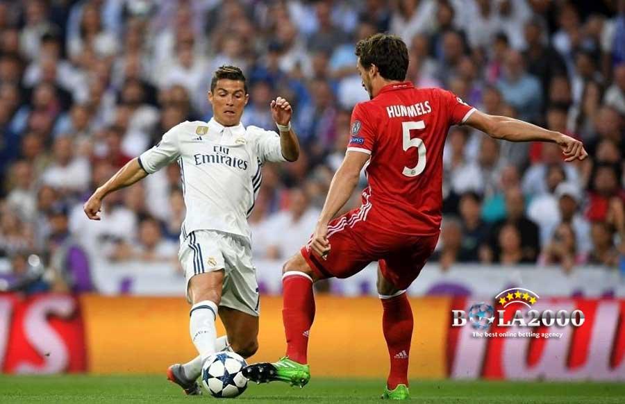 Cristiano Ronaldo dan Matt Hummels